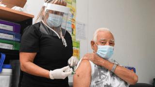 Vacunan a mayores de 80 y a docentes mayores de 50 en actividad